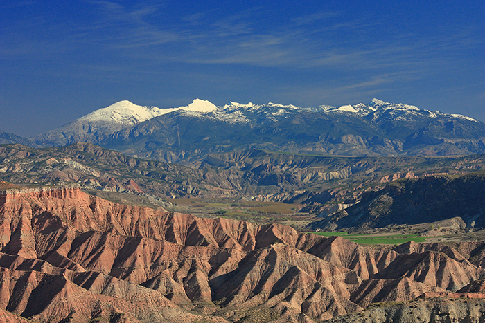 Take in epic mountain panoramas in the foothills of Sierra Nevada
