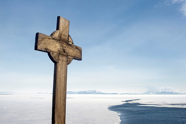 Cross at Hut Point in memory of George Vince, a member of the Scott expedition, who died in the vicinity. Photo courtesy of Sergey Tarasenko.