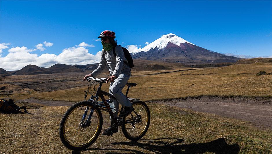 Mountain biking in El Parque Nacional Cotopaxi.