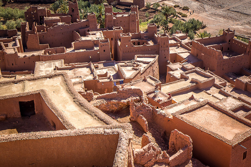 The fortress of Aït-Ben-Haddou sits on a dusty plain.